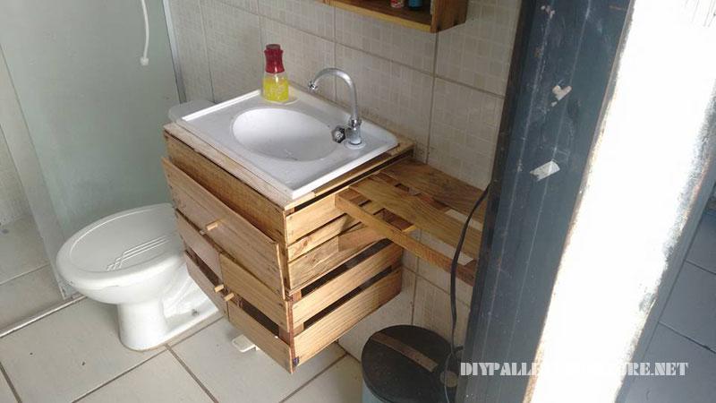 cuarto de bao equipado con cajas de fruta