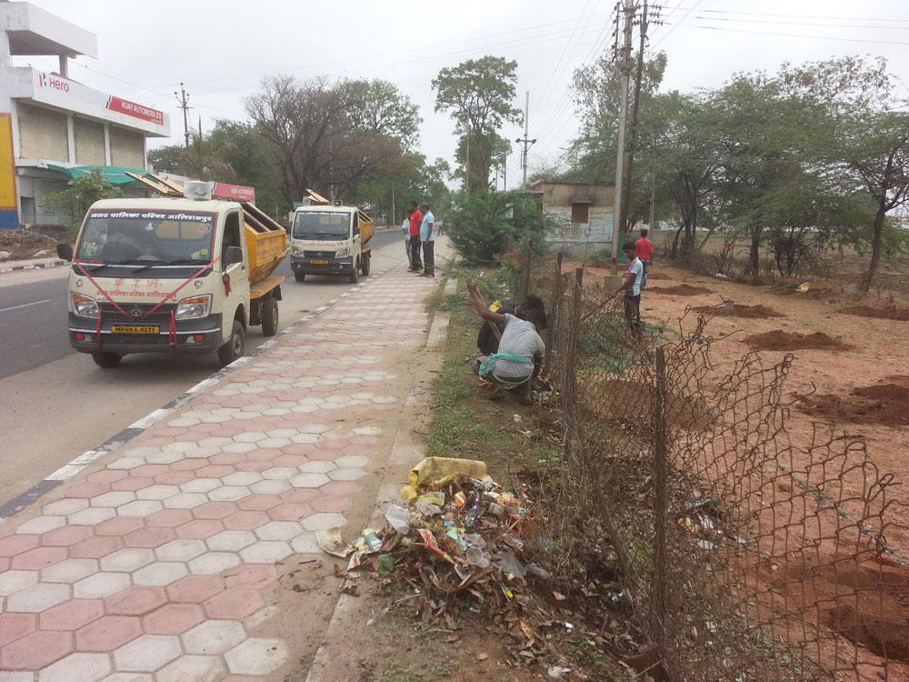 नपा अमले ने वीआईपी रोड के दोनों ओर से बड़ी मात्रा में कचरा हटाया