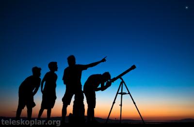 teleskopla gözlem yapan insanlar