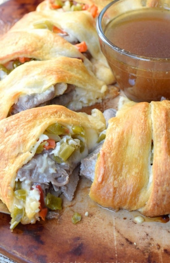 Best Game Day Italian Beef Ring for Main Dish! #dinner #maindish #dinnerrecipe #italianfood #beef #gameday #gamedayfood #italianbeef #italianbeefring