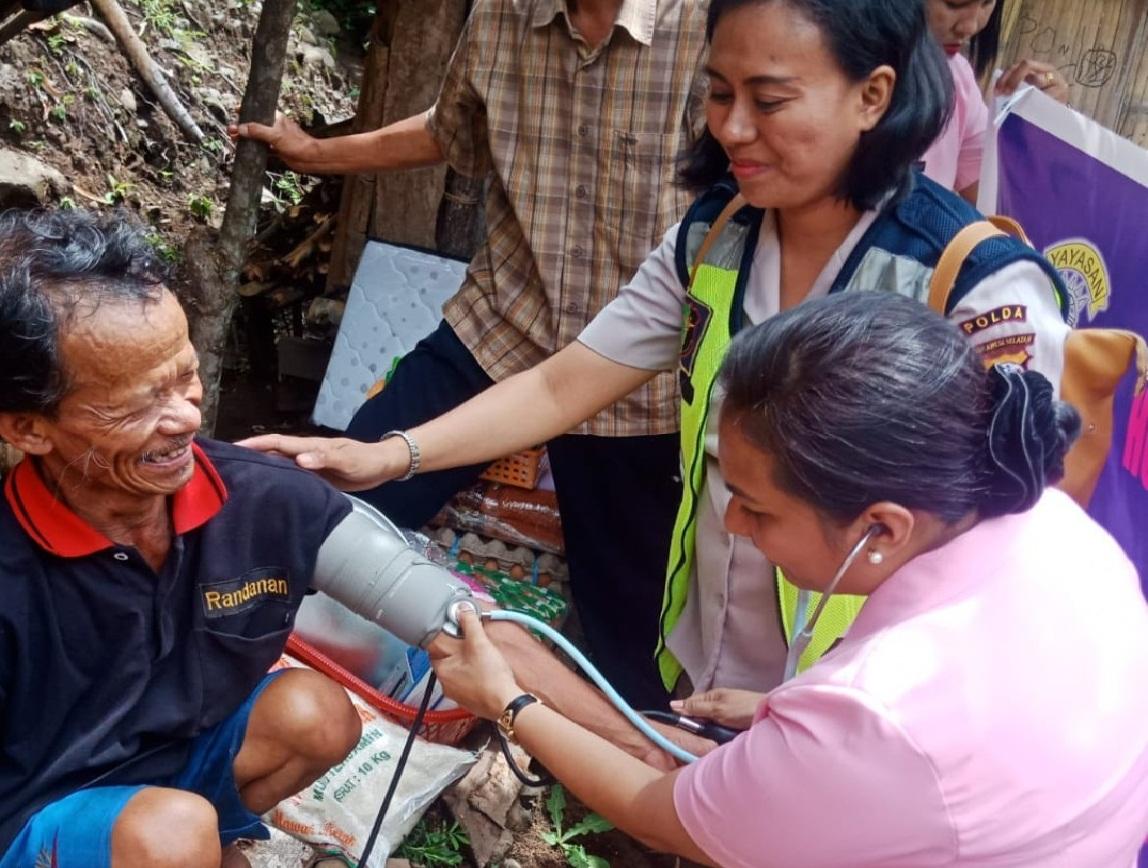 2 Warga Rantetayo Dapat Sentuhan Kasih dari Bhayangkari Polres Tana Toraja