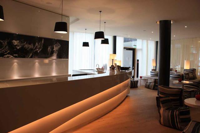 Die beeindruckende Rezeption im hoteleigenen Spa-Bereich des Falkensteiner Hotels in Schladming © Copyright Monika Fuchs, TravelWorldOnline