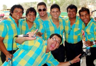 Foto de Armonía 10 posando arriba del escenario