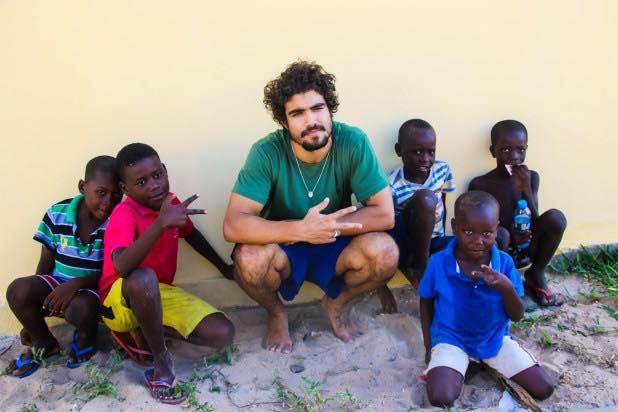Caio Castro partilha momento ímpar com crianças angolanas