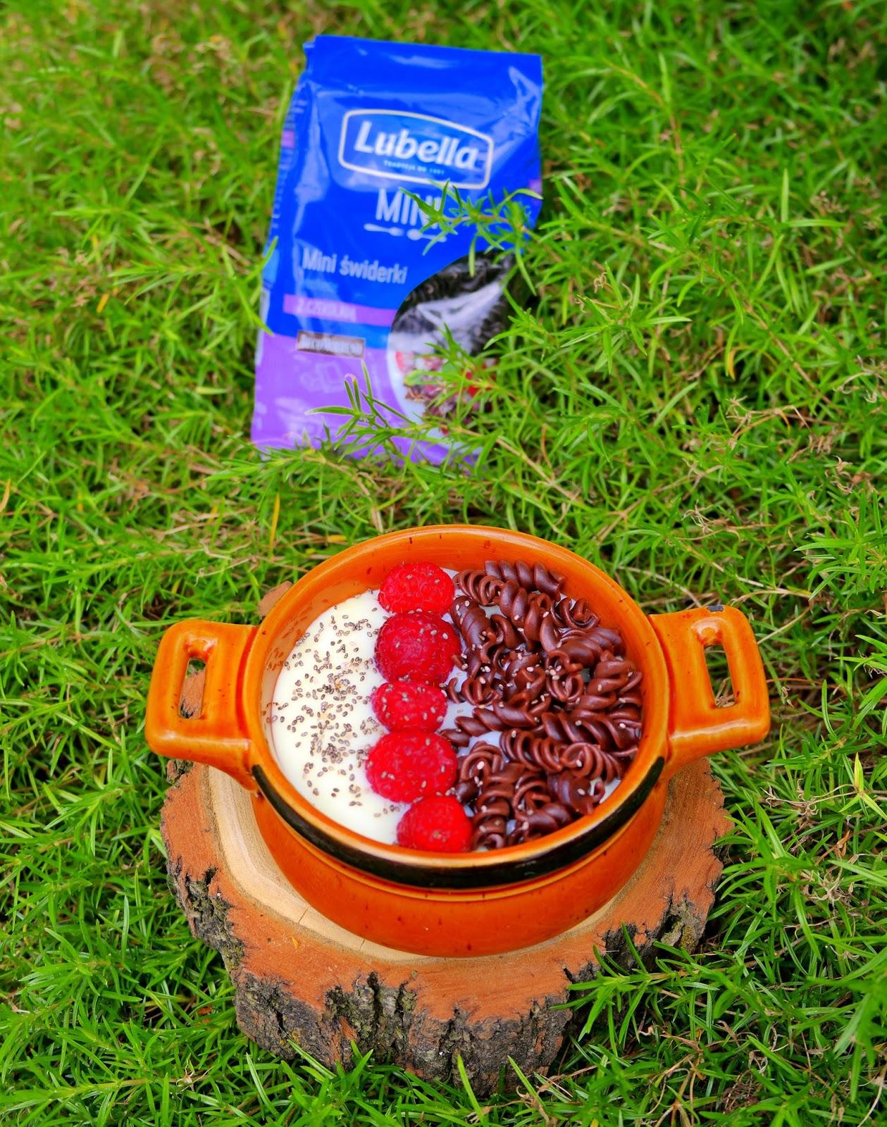 Domowy budyń śmietankowy z makaronem czekoladowym i malinami