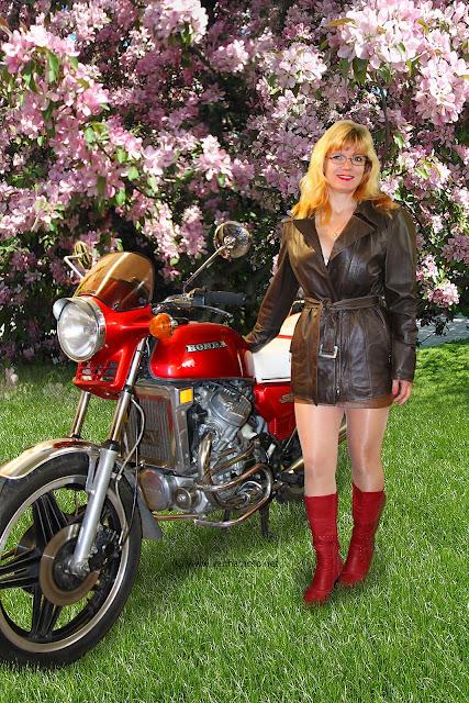 Viivi, nahkatakki, nahkahame, korkosaappaat, moottoripyörä, Honda CX 500
