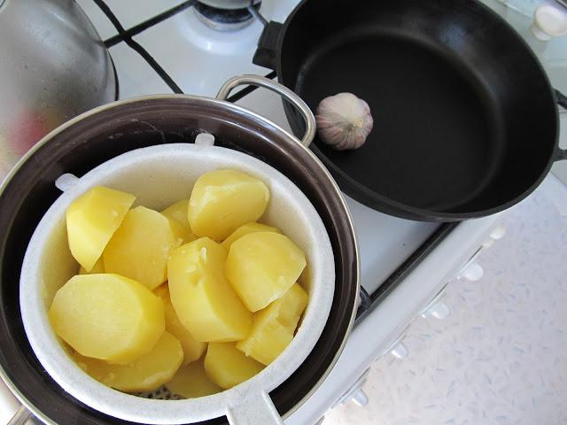 На друшляк відкидаємо напівзварену картоплю, щоб з неї стекла зайва рідина: