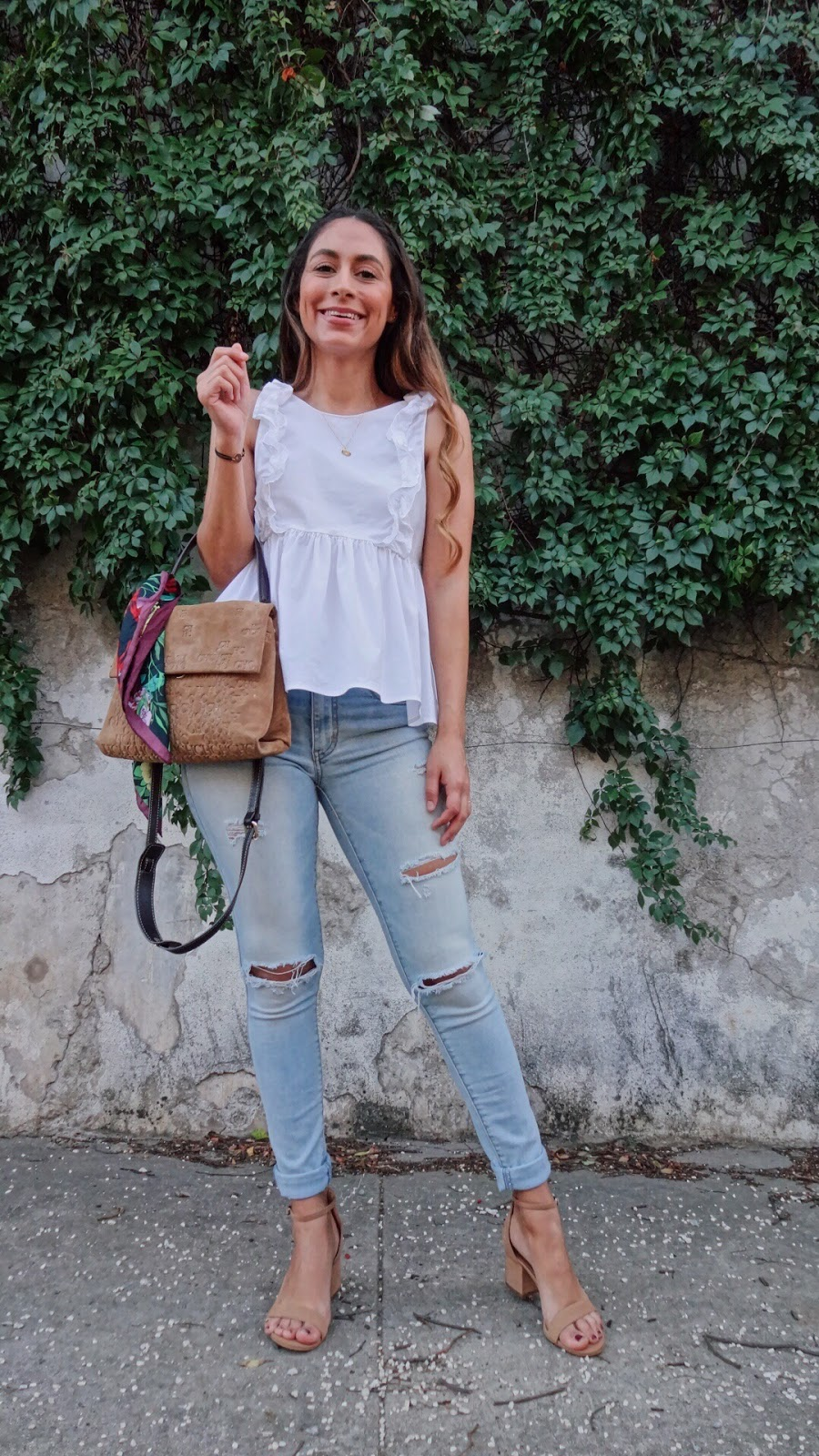 Top/Blusa: Zara (old, similar here, here, and here) Jeans/Mahon: American  Eagle (old, similar here) Shoes/Zapatos: Steve Madden Bag/Cartera: Carolina  ...