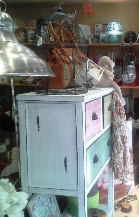 Mueble blanco decapado 3 cajones color y jaula pájaros hierro.