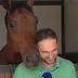 Όταν άλογο παρενοχλεί ρεπόρτερ...