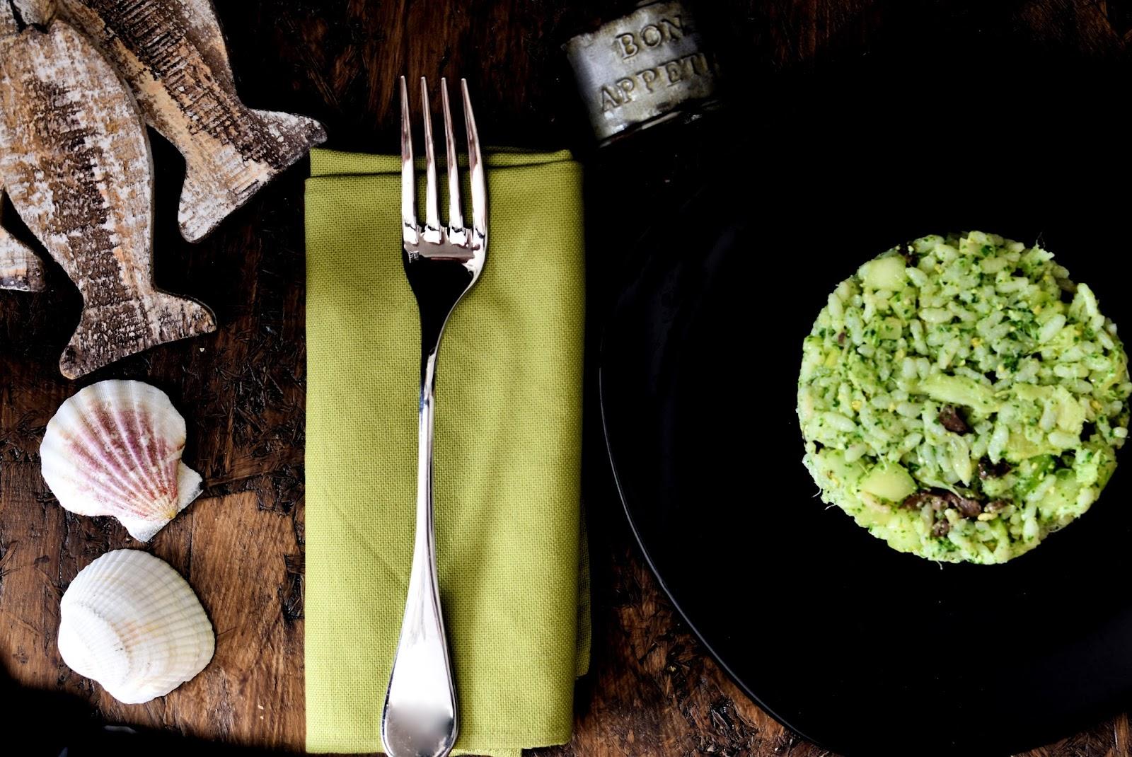 Riso freddo con pesto di rucola, baccalà sottolio, olive, sedano e cetrioli