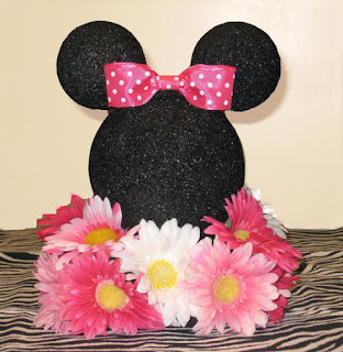 Aranjament floral botez tematic Minnie Mouse cu cap Minnie negru si urechi din foam si baza din flori naturale roz