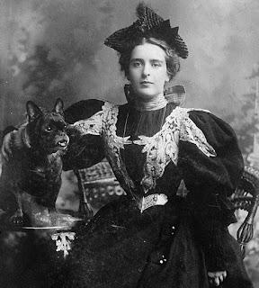 Natalie Clifford Barney avec un chien