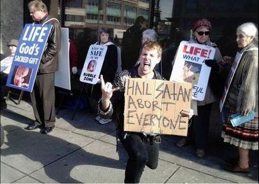 """Satanistas querem que aborto seja considerado """"direito religioso"""""""