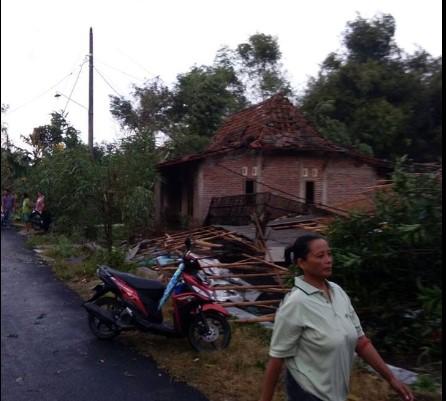 Puting Beliung Menerjang Desa Bringinwareng Winong Pati, Puluhan Rumah Rusak Berat