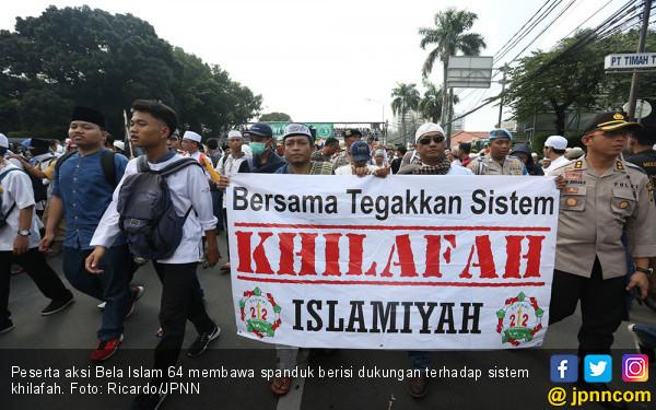 """Ada Spanduk """"Tegakkan Khilafah"""" di Aksi Demo Sukmawati Kemarin"""