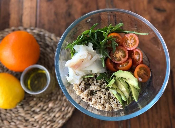 Ensalada de quinoa, aguacate y anguila ahumada
