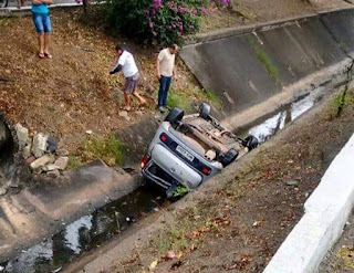Motoristas perdem controle e carros caem dentro de canais na Paraíba