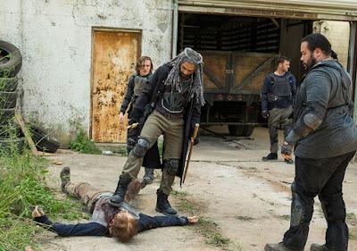 Benjamin (Logan Miller), Ezekiel (Khary Payton) e Jerry (Cooper Andrews) si occupano di un walker