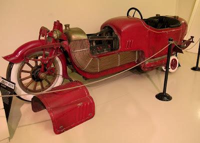 www.fertilmente.com.br - Parece ter vindo de um filme SteamPunk, o Scripps-Both Bi-Auto é uma  bike monstro de cobre e aço com meros 1500kg de peso e rodinhas retráteis
