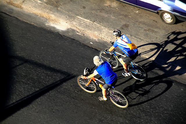 Foto Dos Hombres en bicicleta