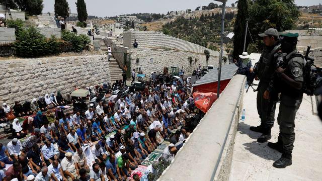 Warga Palestina menolak masuk Masjid Al-Aqsa sebagai wujud protes dan menggelar doa di jalan raya setelah makin ketatnya pengamanan di tempat ini.
