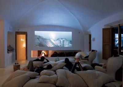bersantai di depan tivi layar besar