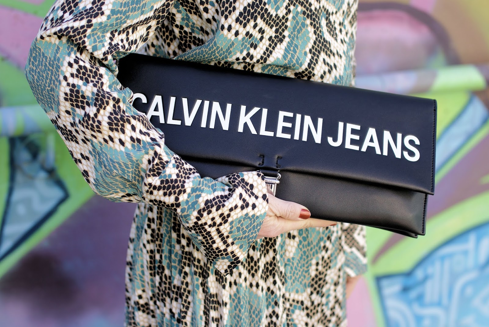 Clavin Klein maxi clutch on Fashion and Cookies fashion blog, fashion blogger style