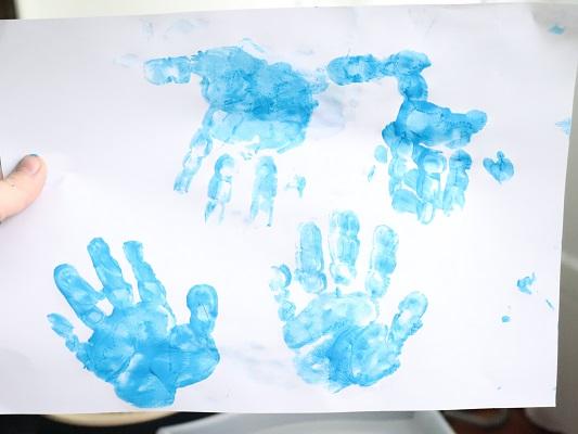 empreinte des mains peinture bleu