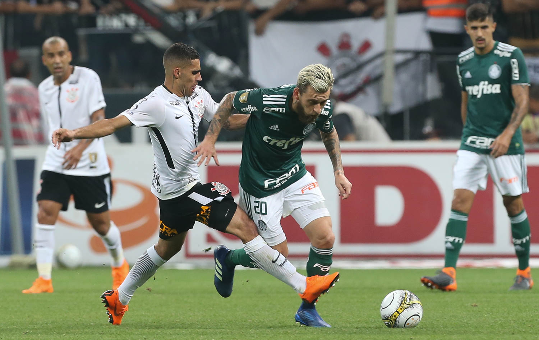 Dudu e Clayson se estranharam na lateral do campo e esquentaram ainda o  clássico. A atmosfera parecia mais favorável ao Corinthians ... fae1228afc986
