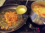 Ciorba de varza cu smantana preparare reteta - turnam in tigaie un polonic din fiertura de legume