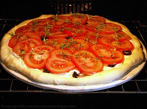 letnia pizza biała z kwaśną śmietaną i pomidorami