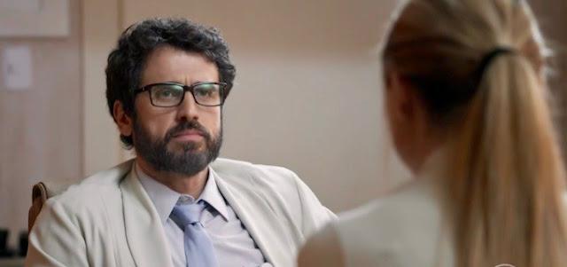 O Outro Lado do Paraíso: Samuel atende o amante baleado no hospital