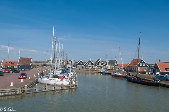Saliendo en barco de Marken. Excursion desde Amsterdam: Volendam, Marken y los molinos