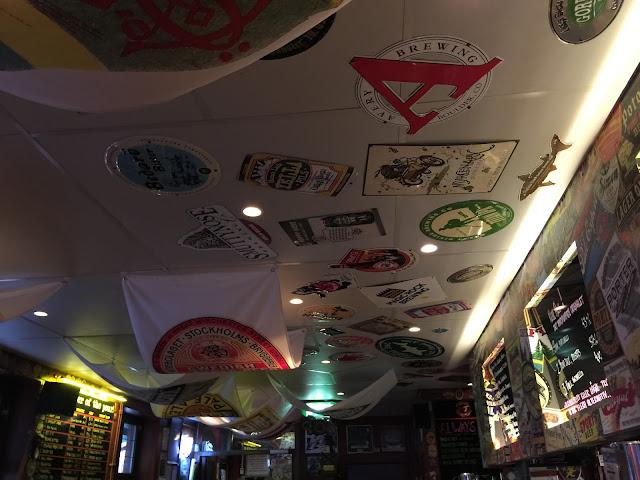 Decoração do teto do bar Oliver Twist
