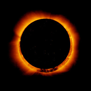 De Hinode/XRT - NASAhttp://www.nasa.gov/mission_pages/sunearth/news/news20110106-annulareclipse.htmlhttp://www.nasa.gov/images/content/508898main_wide_corona_eclipse_ti3.jpg, Dominio público, http://ift.tt/2wiiB2z
