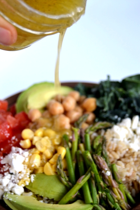 This Veggie Rice Bowl is a hearty and healthy meal that is ready in 20 minutes or less. Packed full of fresh vegetables and topped with a lemon vinaigrette. www.nutritionistreviews.com