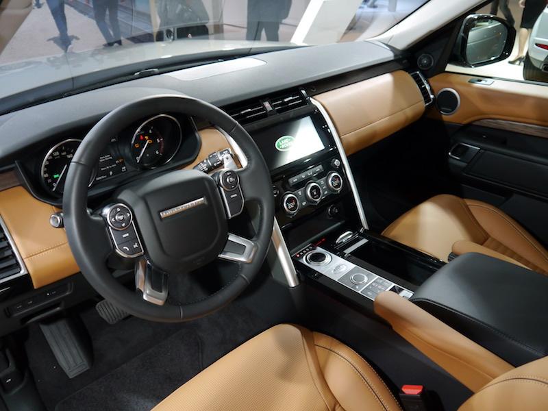 Nội thất màu da bò của xe Land Rover Discovery 5 HSE Model 2017