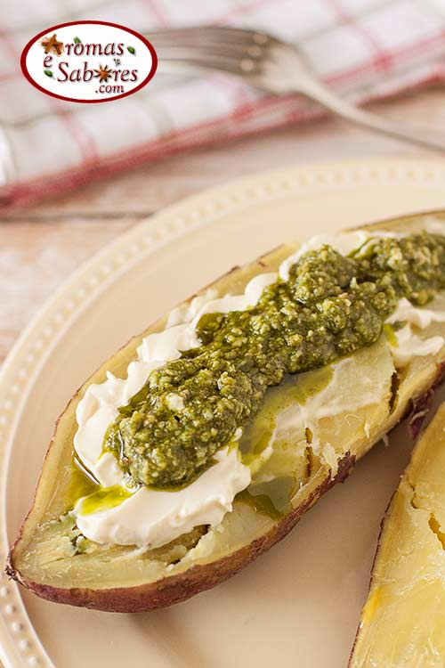 Batata doce assada com pesto e cream cheese