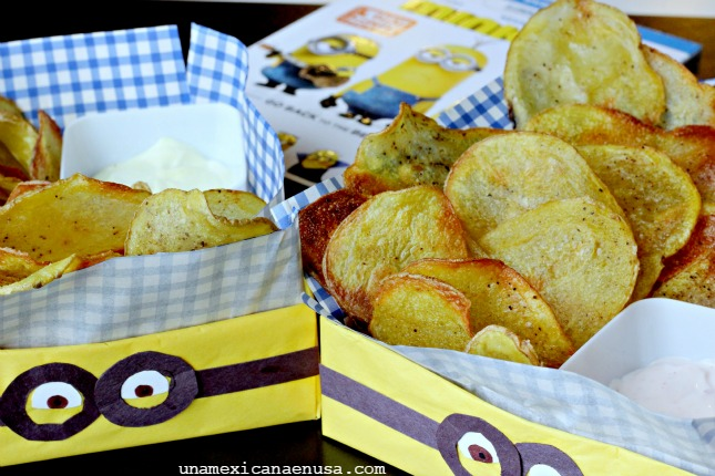 Baked potato chips served on yellow Minions basket with a side of dip sauce by www.unamexicanaenusa.com