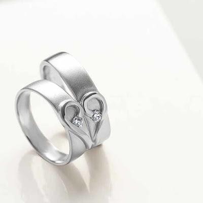 cincin tunangan di jari