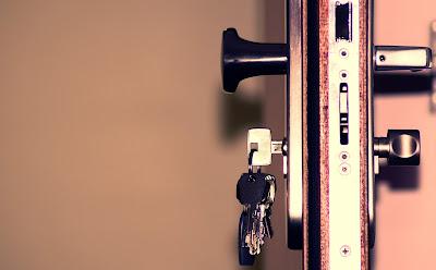 Gros plan sur une serrure et des clefs.