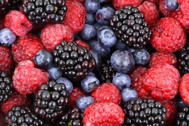 A snack of berries reduces sugar