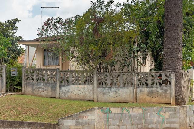 casa de madeira na Rua Brigadeiro Arthur Carlos Peralta