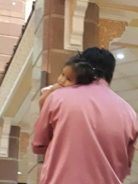 Video Anak Menangis Saat Shalat, Lihat yang Dilakukan Ayah Idaman ini