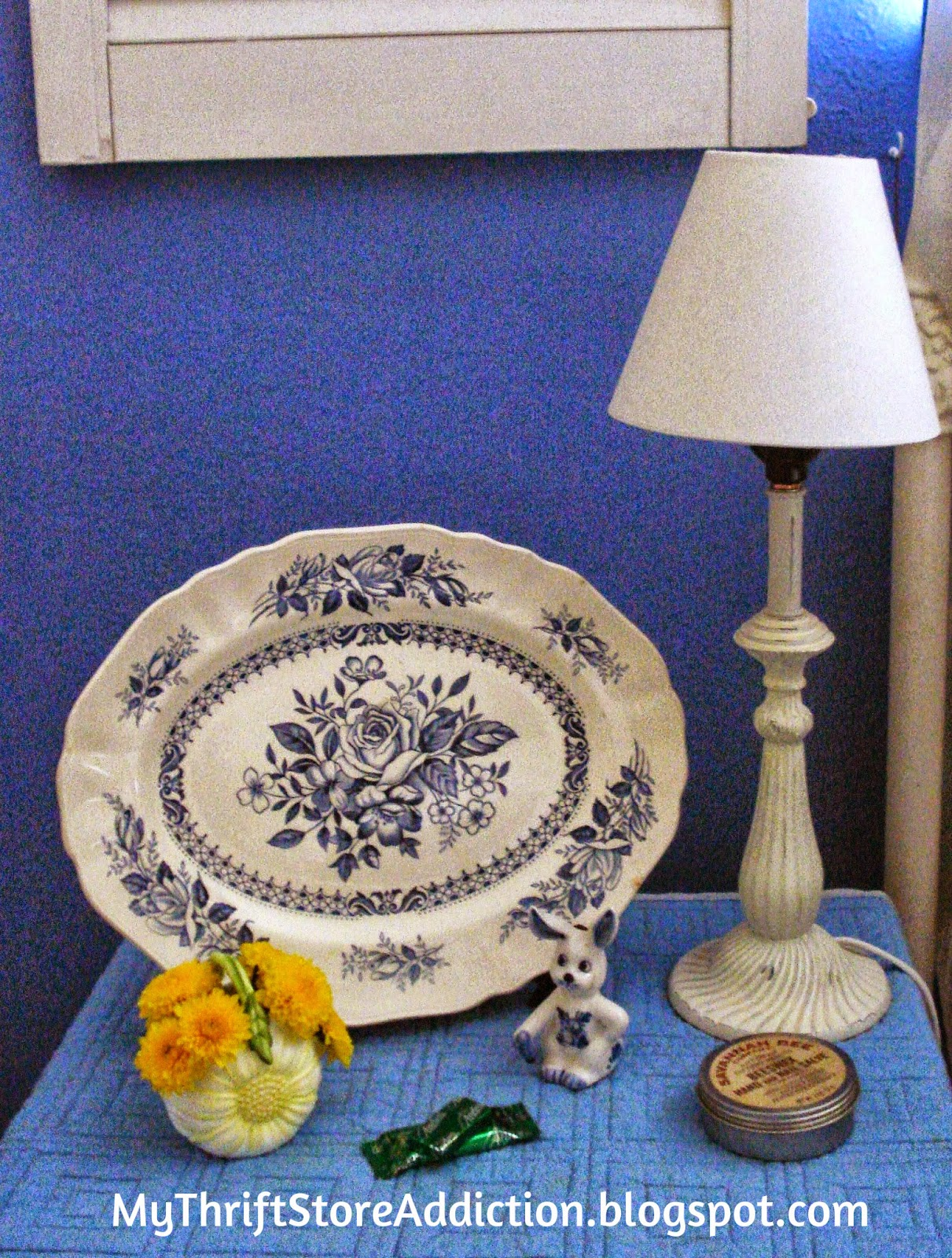 Warm and Cozy Guest Rooms  mythriftstoreaddiction.blogspot.com  Fresh flowers, a reading lamp and mints offer a warm welcome.