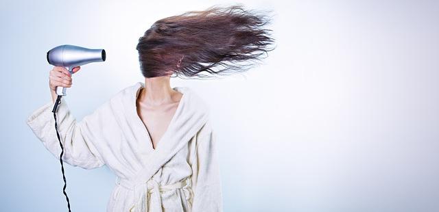 Secador con aire caliente estropea el pelo