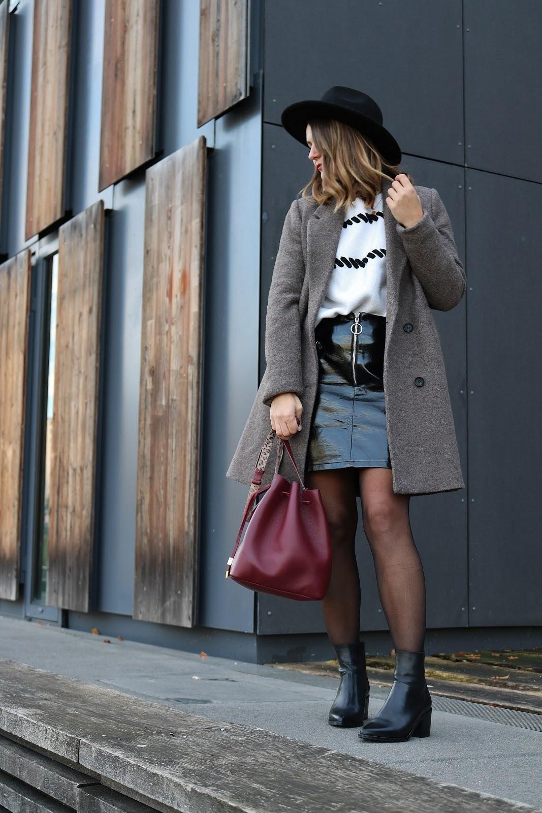 pauline-dress-look-besançon-mantea-marron-pull-blanc-beige-boucles-jupe-vinyle-bottines-jonak-sac-bordeaux