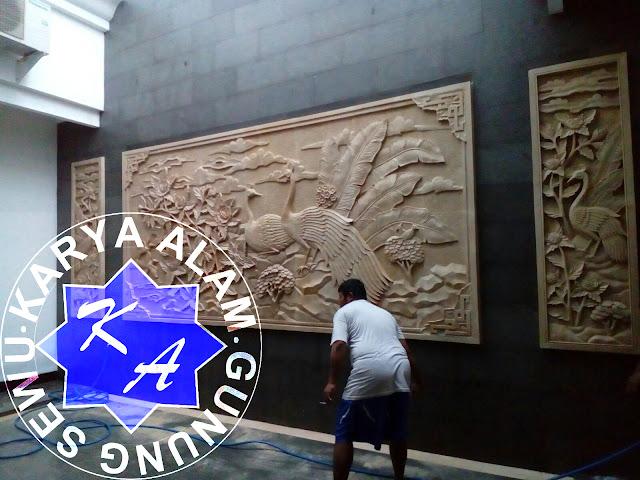 relief dinding motif merak