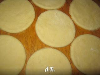 варезаем круги из теста для пирожков